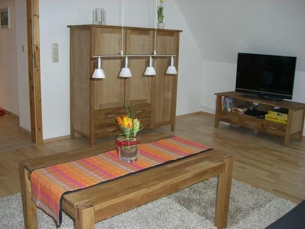 Das Wohnzimmer mit 2 Schlafsofas, WLAN, TV-Flachbild, DVD-Player, Bücher, Spiele.