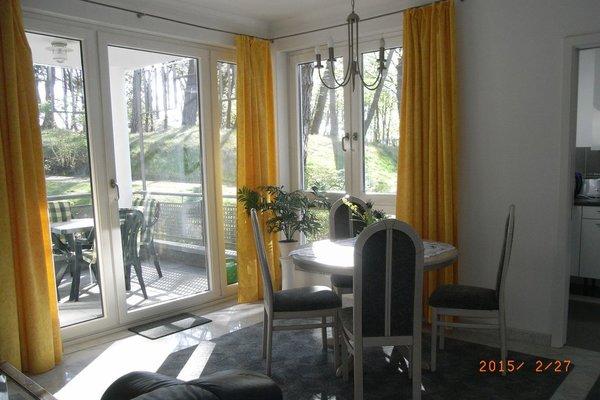 Wohnzimmer mit Eßplatz und Blick in die Küche (Schiebetür)