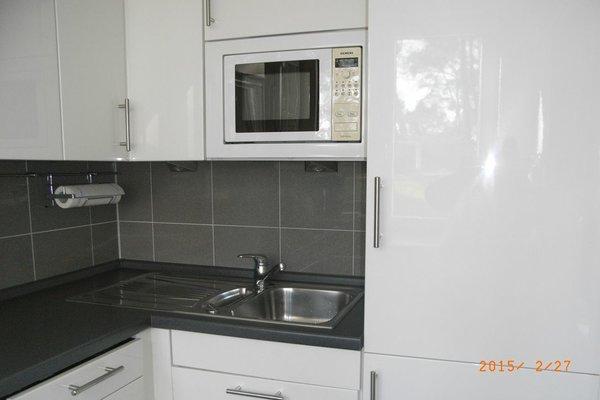 Küche mit Kühl-Gefrierkombination, Geschirrspüler und Mikrowelle