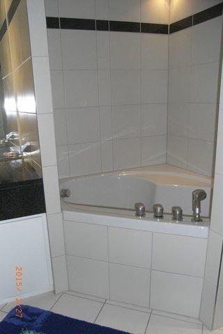 Wannenbad mit Toilette, Waschtisch, Handtuchtrockner