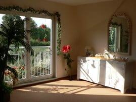 Sonniger Wohnraum mit Balkon