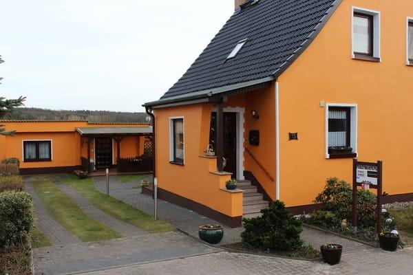 Haupthaus mit Gästehaus - Vorderansicht -