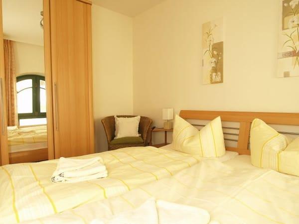 Schlafzimmer 1 mit Topper Härtegrad 3 für viel Schlafkomfort
