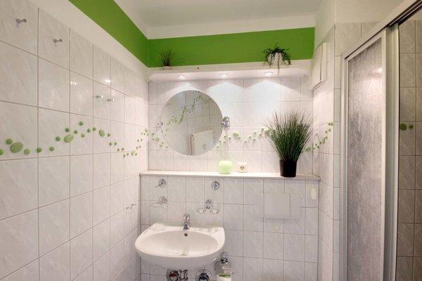 das Badezimmer ist mit Dusche, WC und Fön ausgestattet