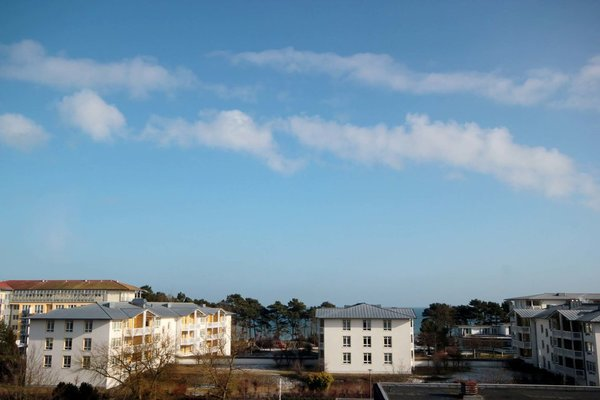der kleine Meerblick über die Häuser hinweg ist vom Wohnraum möglich