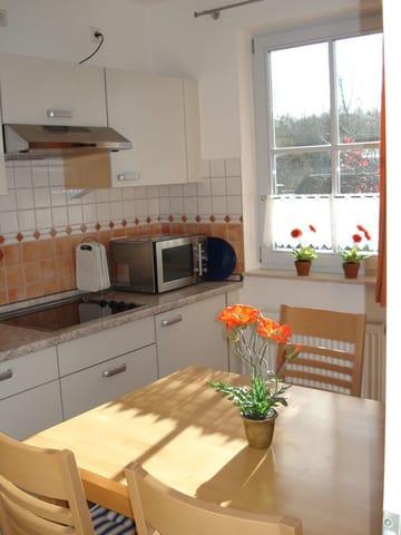 In der voll augestatteten Küche lässt es sich nicht nur gut kochen, sondern am schönen Esstisch auch gut speisen.