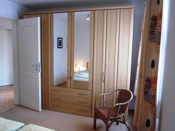 Das großzügige Schlafzimmer mit großem Schrank.