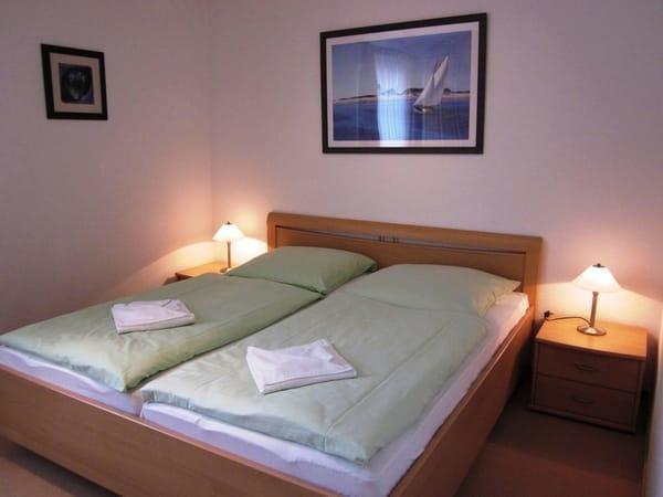 Das gemütliche Doppelbett im Schlafzimmer.