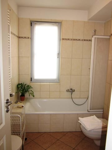 Gepflegtes Bad mit Duschwanne und WC