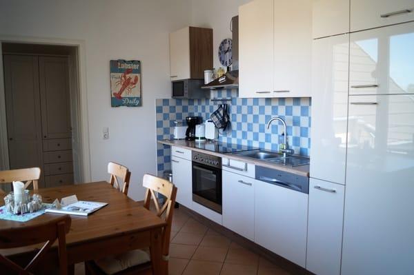 Neue Einbauküche mit Backofen und Geschirrspülmaschine