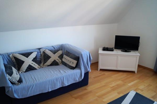 Sitzecke mit TV im Schlafzimmer
