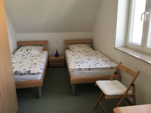 Schlafzimmer (2 Betten: 200x90cm)