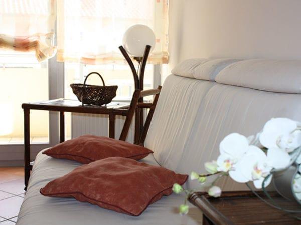 Wohnbereich mit Couch (Schlaffunktion) Zugang zu beiden Balkonen