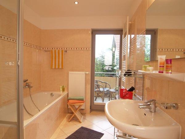 Bad mit Dusche & Badewanne, WC ist separat