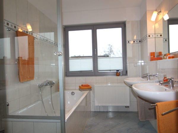 Bad mit Dusche & Badewanne, WC separat