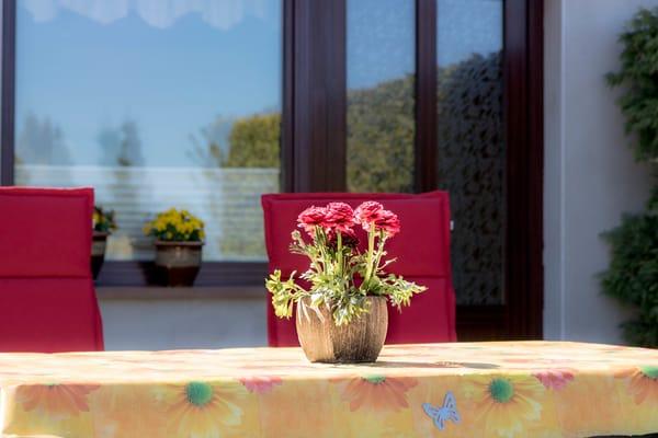 Gartentisch mit Deko