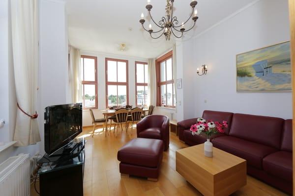 großzügiges Wohnzimmer mit Eßplatz und Seeblick