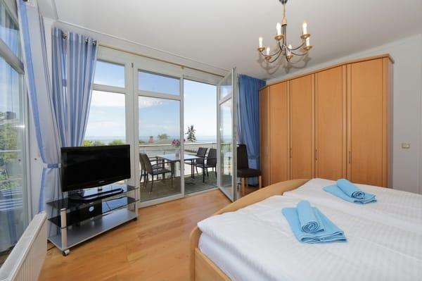 gr. Schlafzimmer mit Balkon und Seeblick
