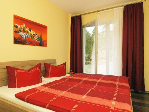 Schlafzimmer mit Doppelbett im unteren Bereich