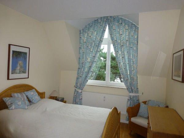 Schlafzimmer mit Doppelbett und Seeblick