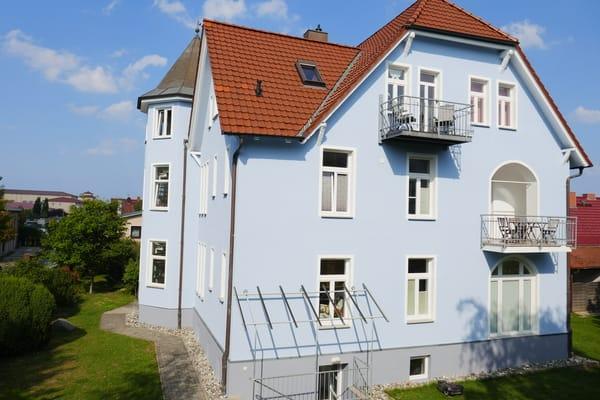 Südseite der Villa mit Balkon oben