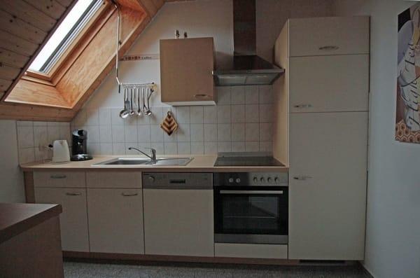 Küche mit Geschirrspüler, Ceranherd, Backofen, Kühlgefrierkombi, Mikrowelle