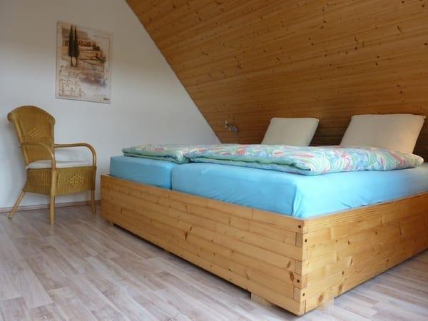 Schlafzimmer mit 2 x 2 m Bett und getrennten 7-Zonen-Kaltschaummatratzen