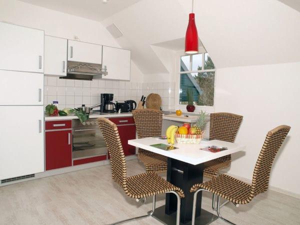 integrierte moderne Küchenzeile mit Eßplatz