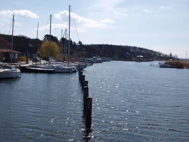Yachthafen im Fjord nahe der Ferienanlage