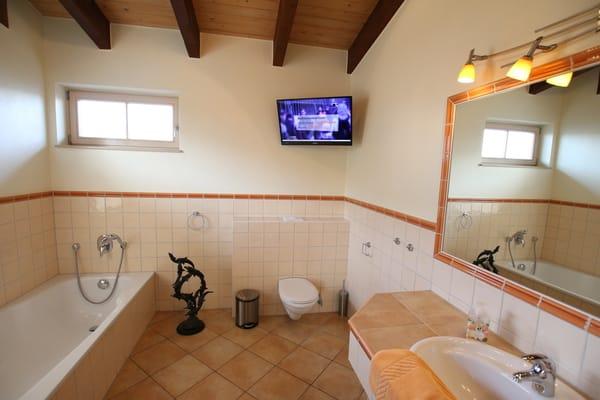 Badezimmer 2.OG mit Badewanne und Dusche
