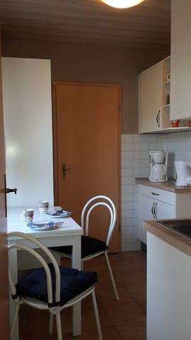 Küche mit Sitzecke, Kühlschrank u.s.w.