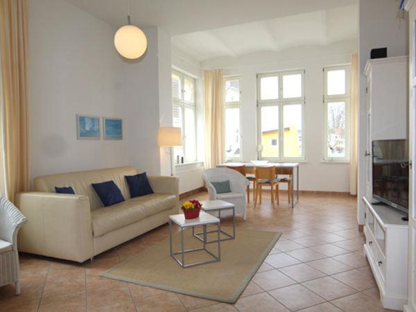 großzügiges und helles Wohnzimmer mit offener Loggia