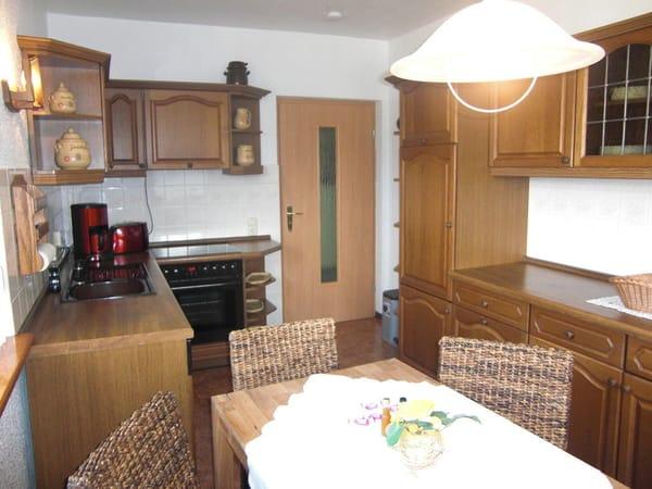 Küche mit Geschirrspüler,Herd,Backofen  und Essbereich