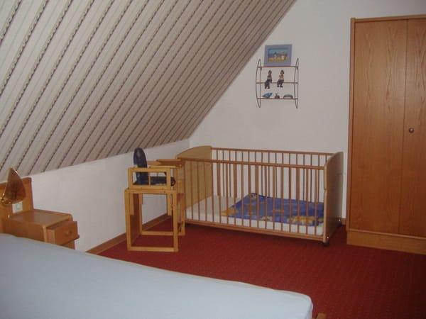 Schlafzimmer 2, mit festem Babybett- u. Stuhl