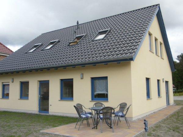 Terrasse mit Gartenmöbeln