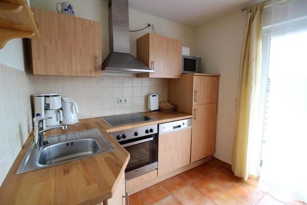 Die große Küche ist mit  allem was man  zum Kochen benötigt ausgestattet.