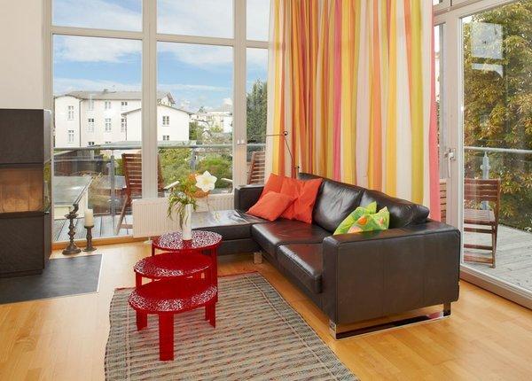 Das helle Wohnzimmer mit Zutritt zum großzügigem Balkon