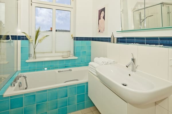 Das schöne Badezimmer mit Wanne