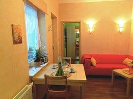 Der kombinierte Wohn-Koch-und Essbereich ist mit allem Komfort ausgestattet, den Sie sich im Urlaub wünschen: