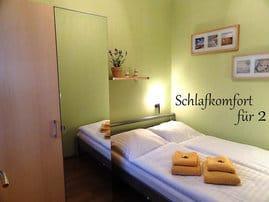 Das Schlafzimmer ist mit einem modernen Doppelbett ausgestattet.