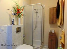 Das Bad verfügt über ein formschönes Waschbecken und eine Dusche.