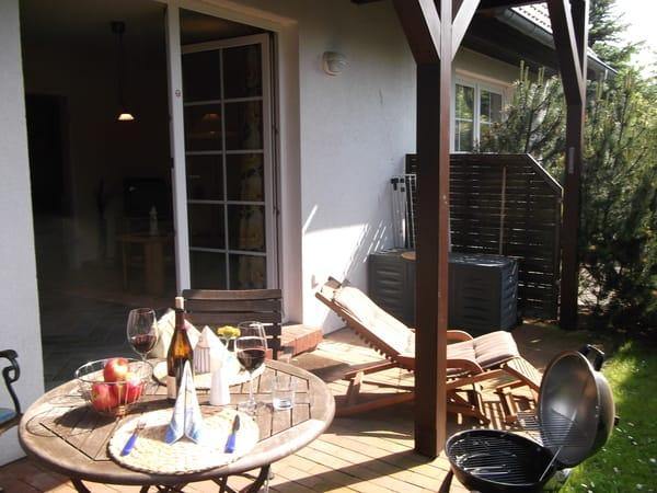 Abendsonne auf der Terrasse beim grillen geniessen