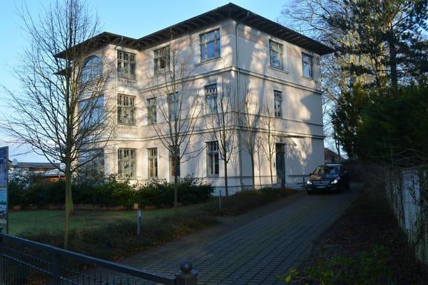 Ihre Wohnung liegt vorn rechts in der Villa mit Zugang zur Terrasse