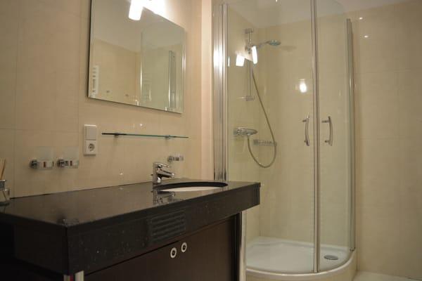 exclusives Duschbad mit Granit-Waschtisch