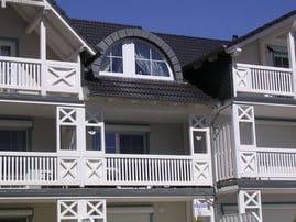 Balkon und Rundbogenfenster im Sonnenschein (Hafenseite=Südseite)