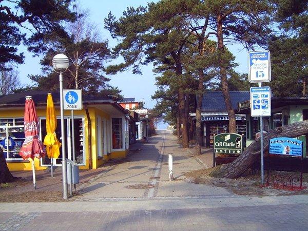Strandaufgang mit kl. Geschäften, sehr guten Restaurants mit gutem Preis-/Leistungsverhältnis, Cafes, Eisdiele, Fischimbiss, DLRG-Wachstation