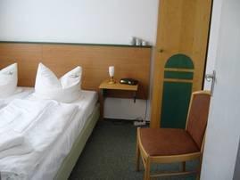 Kl. Schlafzimmer mit Doppelbett und 2 kl. Schränken