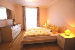 ein Schlafzimmer von drei Schlafzimmer