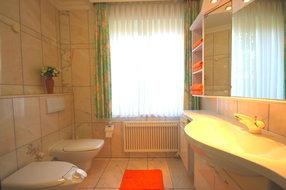 ein Bad von zwei Bädern