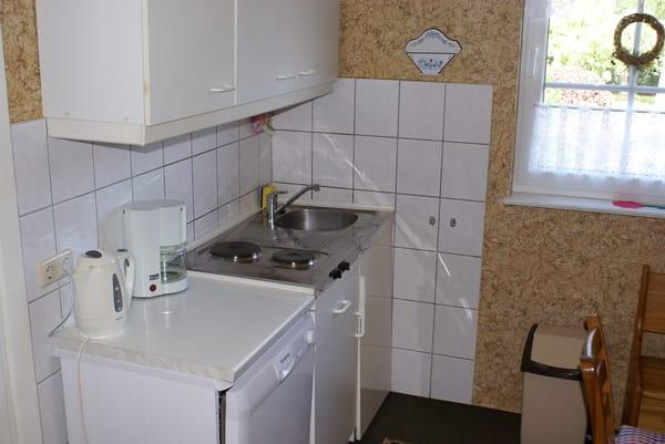Küche mit Kochzeile und Essecke
